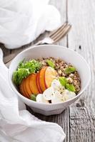 ciotola di quinoa con pesca e mozarella foto