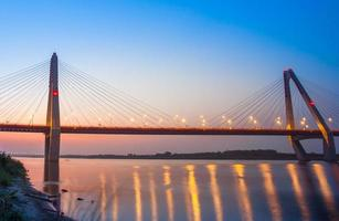 nhat tan bridge nel tramonto foto