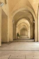 galleria di pietra con un arco in jaffa foto