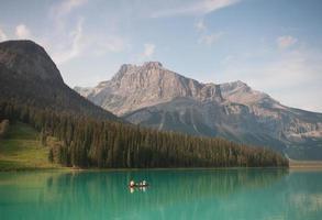 canoa sul lago verde smeraldo foto