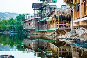 case di legno costruite su una laguna salata foto