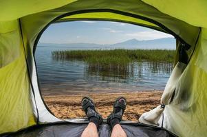 vista dall'interno di una tenda su uno stagno in macedonia foto
