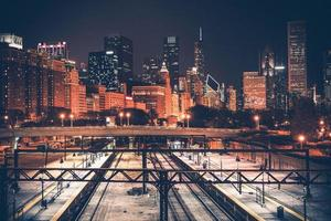 skyline di Chicago e ferrovia