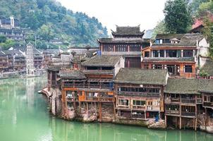 palafitte sul fiume tuojiang a Fenghuang, Cina