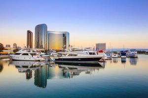 vista della città con la baia del porticciolo a San Diego, California foto