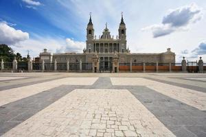 enorme piazza lastricata in pietra del castello foto