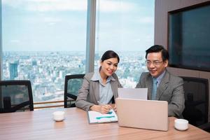 lavorare con documenti finanziari foto