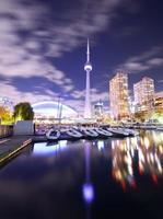 Skyline di Toronto di notte in Ontario, Canada foto