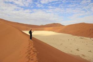 turista nel deserto di sossusvlei, namibia