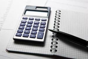 lavorare su calcolatrice e documenti foto