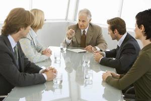 uomini d'affari discutendo in sala conferenze foto