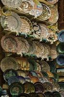 piatti in vendita nel grande bazar di Istanbul, Turchia foto