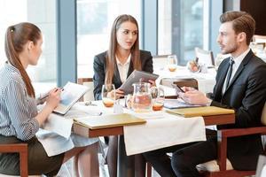 discussione d'affari a pranzo tra colleghi foto