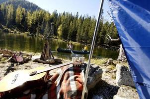uomo e donna che lasciano il campo in canoa foto