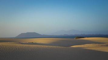 luminoso sole nebbioso sulla sabbia a Corralejo, Fuerteventura, Isole Canarie, Spagna foto