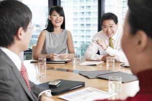 uomini d'affari che hanno discussione in sala riunioni foto