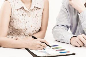 uomini d'affari discutendo durante una riunione sul tavolo foto