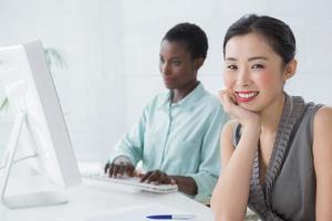 donne d'affari che lavorano insieme alla scrivania foto