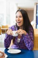 giovani studenti che mangiano caffè insieme foto