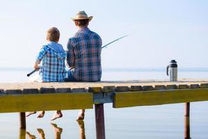 ragazzo e suo padre che pescano insieme