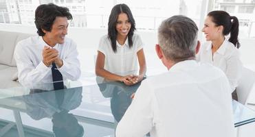 squadra felice di affari che parla insieme foto