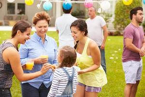 famiglia di diverse generazioni che godono insieme della festa in giardino