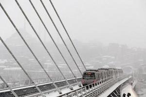treno della metropolitana al ponte di halic in inverno