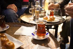 tè turco sul tavolo foto