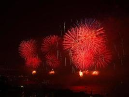 celebrazione dei fuochi d'artificio rossi di giorno della repubblica turca foto