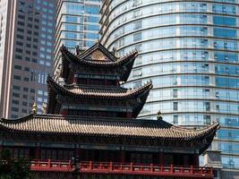 tempio buddista nel centro della città foto