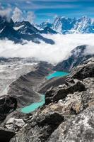 bellissime montagne innevate con lago foto