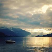 vista del lago di como al tramonto. foto invecchiata.