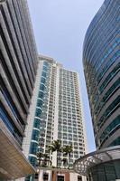 tre condomini nella città di Makati foto