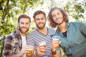 amici hipster bevendo una birra insieme
