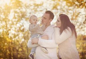 famiglia che si distende nella natura foto