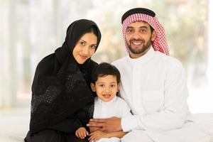 famiglia musulmana seduto a casa