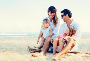famiglia felice in spiaggia foto