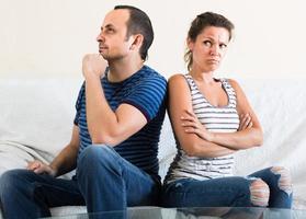 coppia di famiglia che grida mentre discute in casa foto