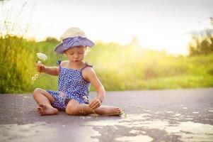 bambino che cammina sulla strada foto