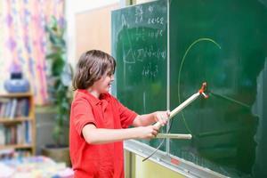 bambino di scuola in classe di matematica foto