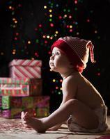 bambino con regali di Natale foto