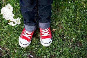 scarpe da ginnastica sui piedi di un bambino foto