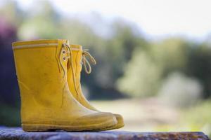 Close up di stivali da pioggia del bambino foto