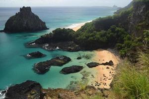 spiaggia cristallina del mare a niteroi, rio de janeiro, brasile foto