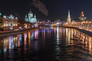 fiume Moskva di notte foto
