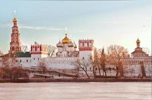 vista del convento di novodevichiy a Mosca foto