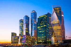 vista di notte del centro internazionale di affari della città dei grattacieli dentro foto