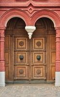 vecchia porta di legno con ornamento intagliato foto