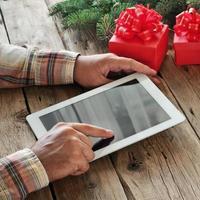 computer tablet nelle mani degli uomini. foto