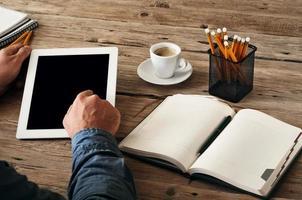 la mano degli uomini fa clic sullo schermo del tablet